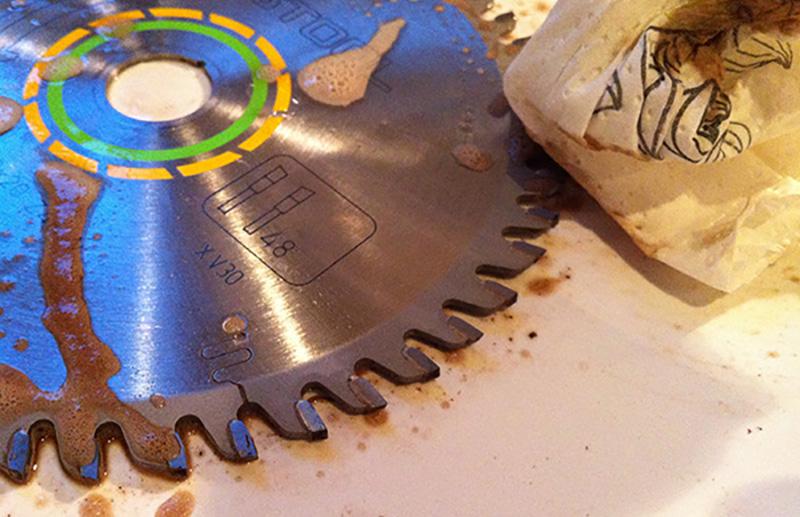 Nettoyer la lame de votre scie circulaire sur table